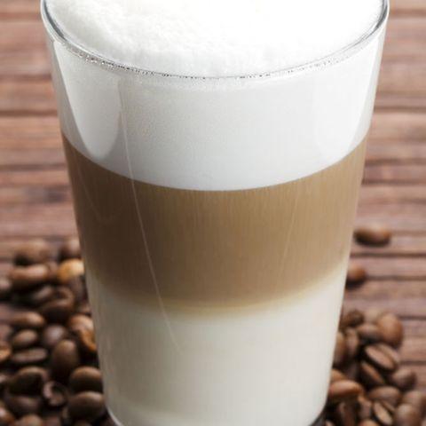 Ein Latte Macchiato besteht aus viel Milch und etwas Espresso