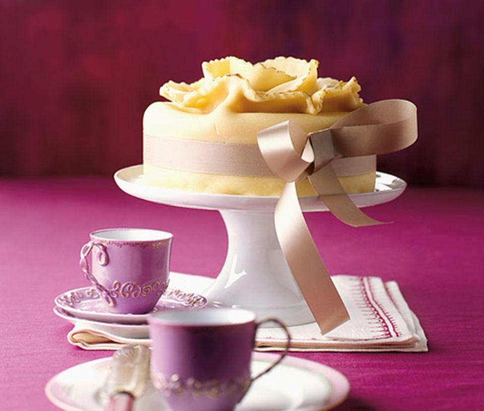 Apfel-Nuss-Torte mit Marzipan-Decke
