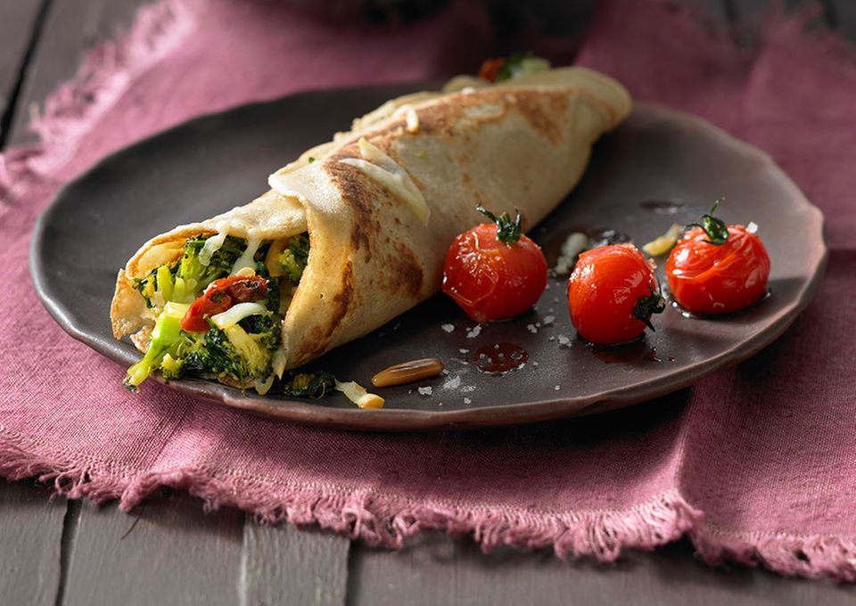 Mit glutenfreiem Buchweizenmehl ist Palatschinken mit Brokkoli und Kirschtomaten auch bei Zöliakie erlaubt