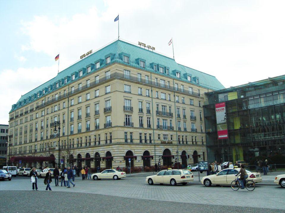 Das Hotel Adlon liegt neben dem Brandenburger Tor