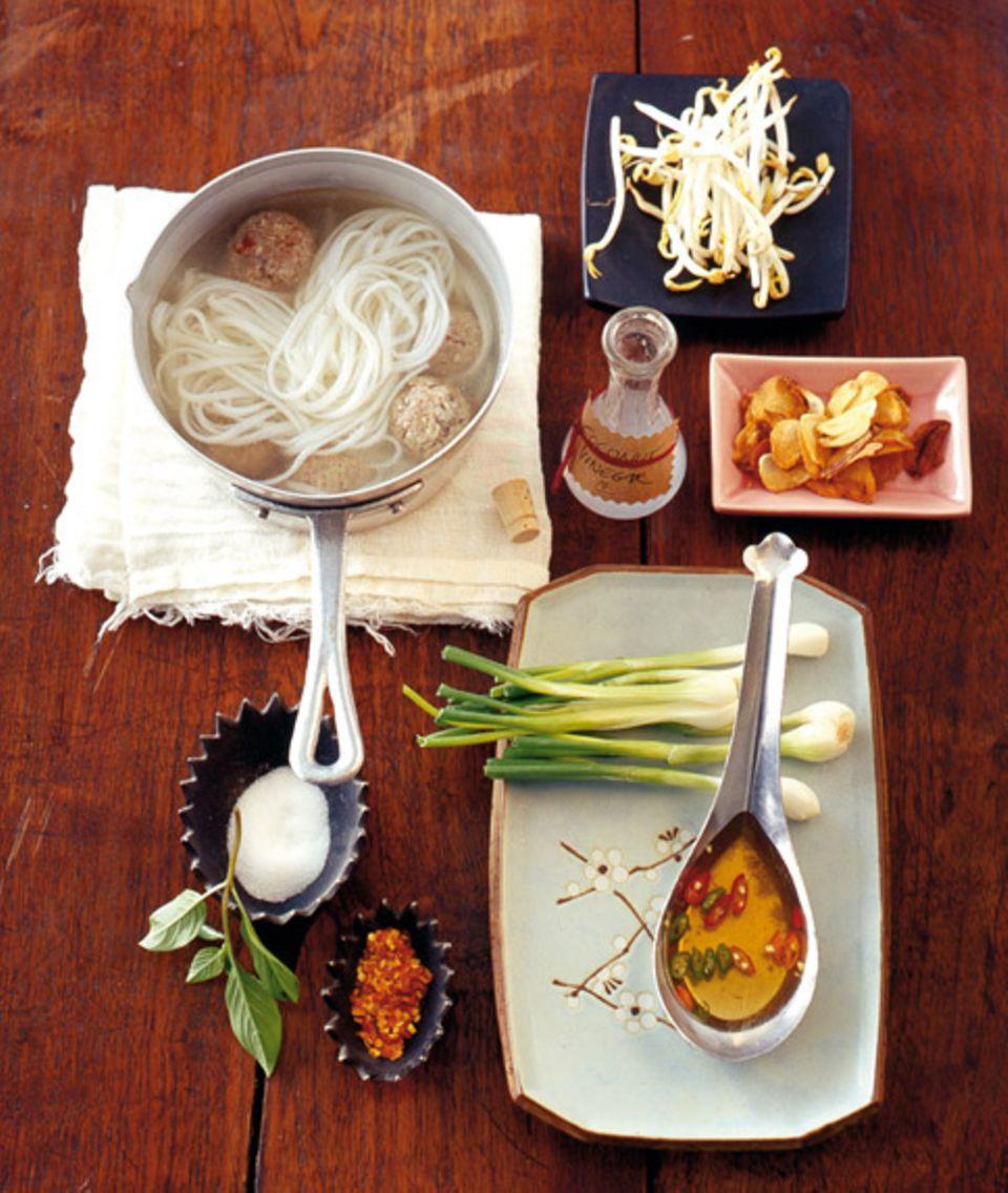 Eine köstliche Thai-Suppe mit einer Reihe landestypischer Gewürze