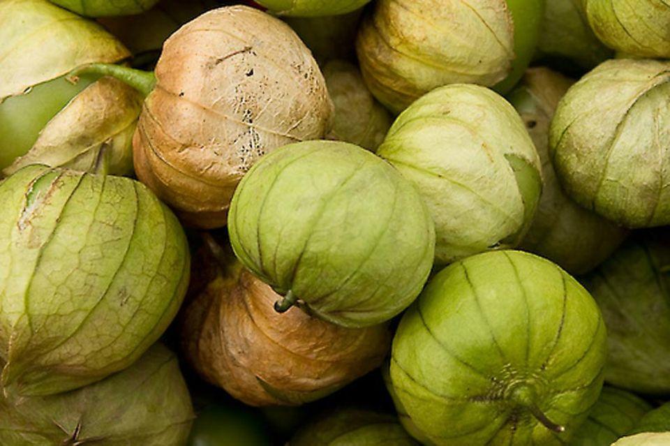 Tomatillos haben wie die Physalis eine papierartige Hülle.
