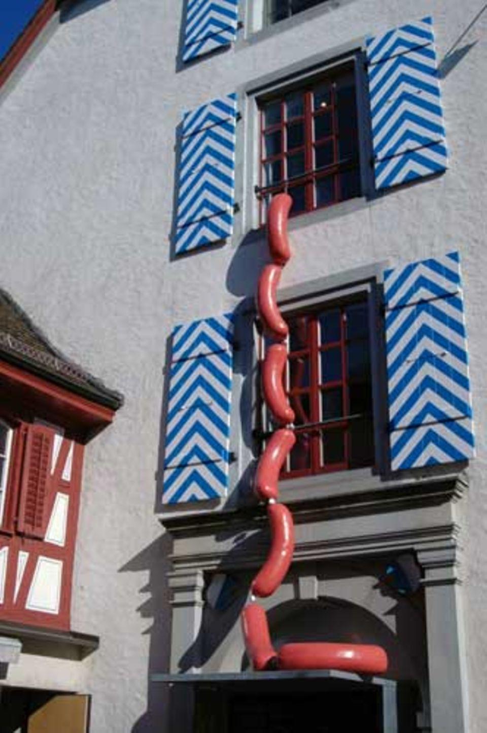 """Die Installation """"Cervelat"""" am Museumshaus"""
