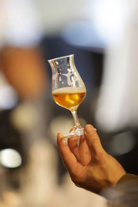 Farbe, Glanz und Schaum werden bei der Bierverkostung begutachtet