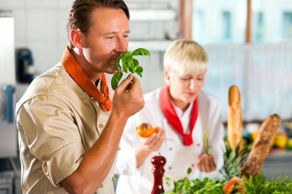 Weckt die Sinne: beim Kochen an den Zutaten riechen