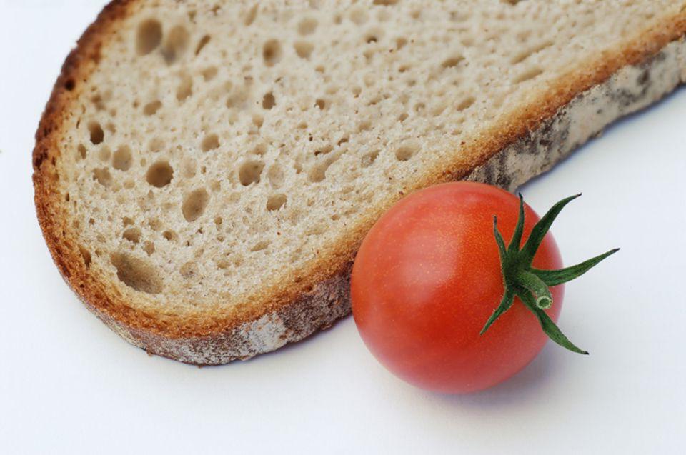 Etwas Brot mit Rohkost und Milch ist ein klasse Frühstück.
