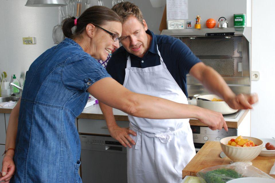 Wie hoch darf die Schüssel gefüllt sein? Fotografin Ulrike Holsten und Jürgen Büngener beim Drapieren des Essens