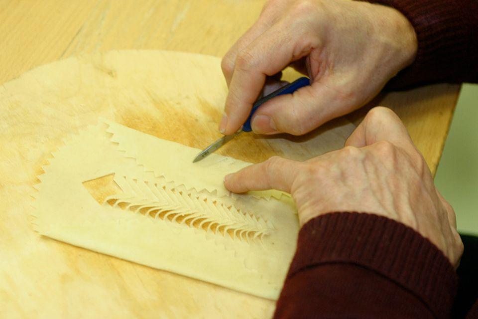 In sorgfältiger Handarbeit werden die Muster in das Laufabrauð geschnitzt