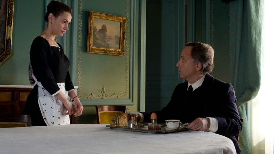 Maria serviert Monsieur Joubert sein Frühstück