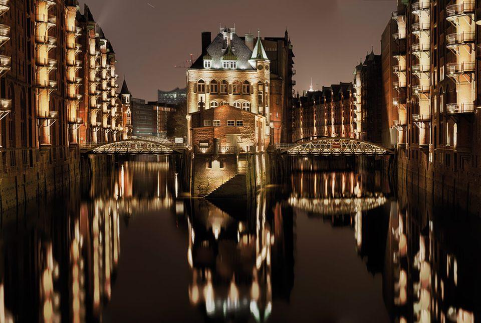 Das Wasserschloss liegt auf einer Halbinsel zwischen zwei Fleets und ist bis Mitternacht beleuchtet