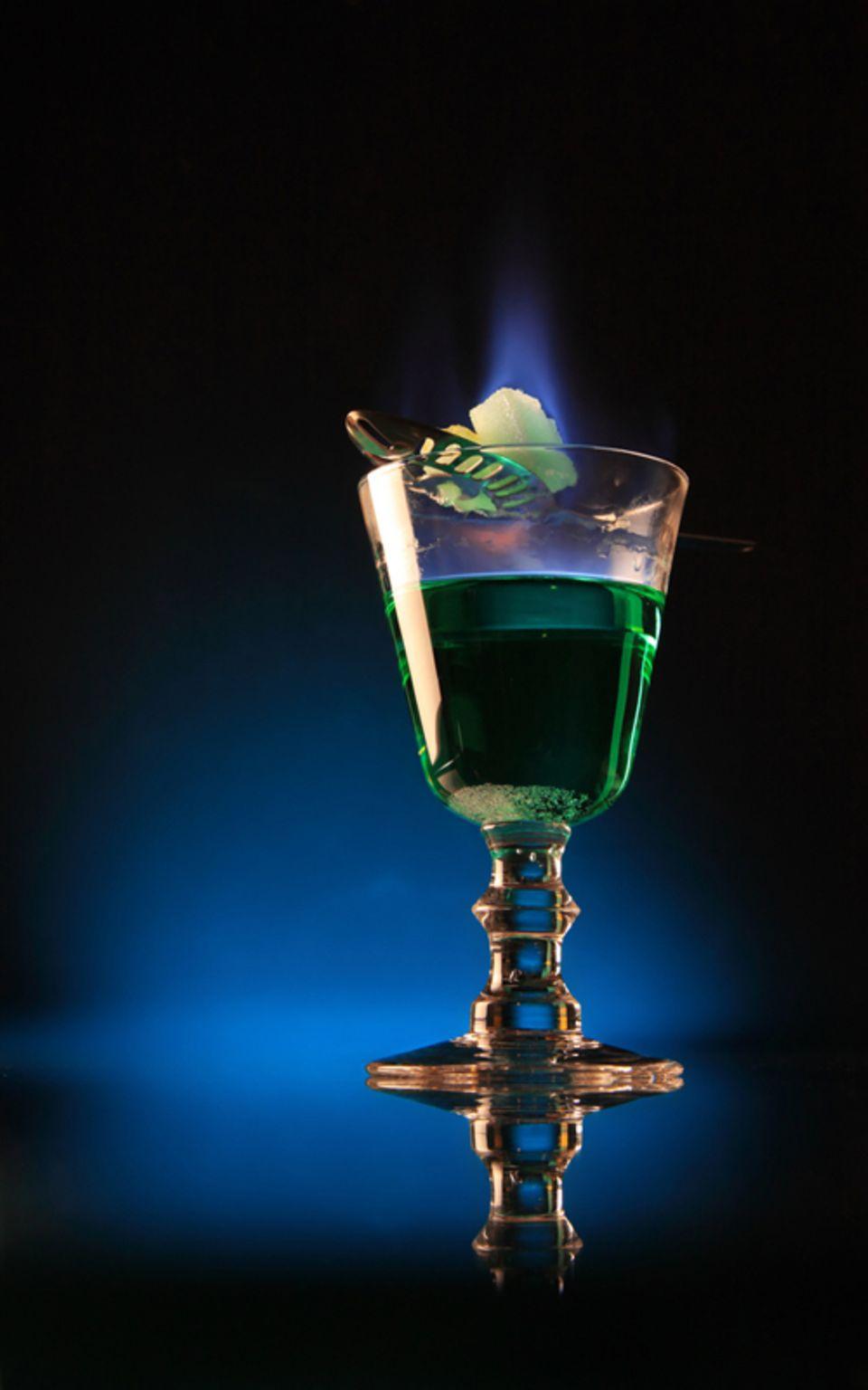 Bei der tschechischen Methode wird ein Absinthgetränkter Zuckerwürfel auf einen speziellen Löffel gelegt und über dem Glas angezündet.