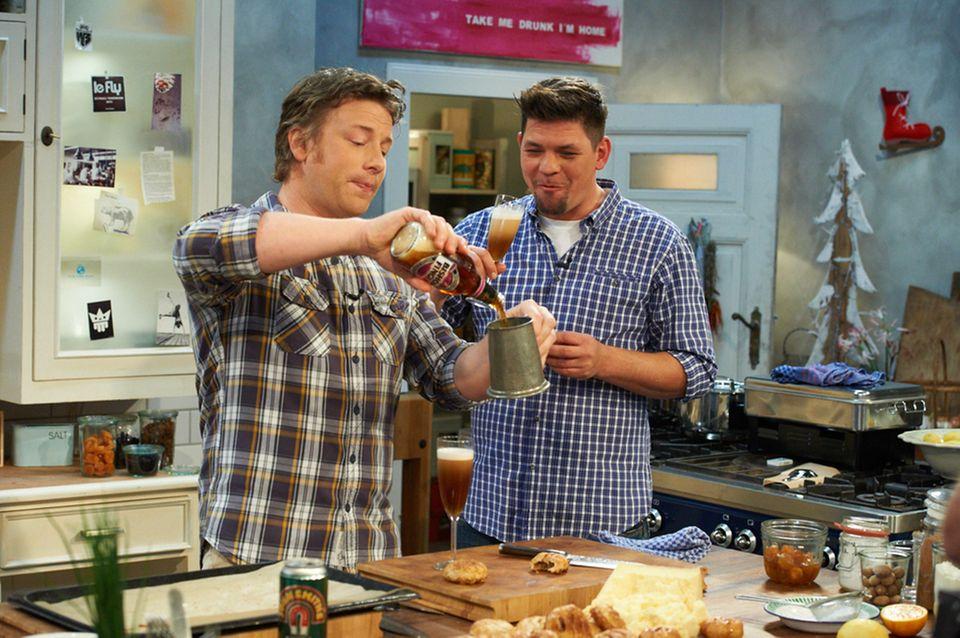 Erst mal ein Bier: Jamie Oliver schenkt Tim Mälzer ein