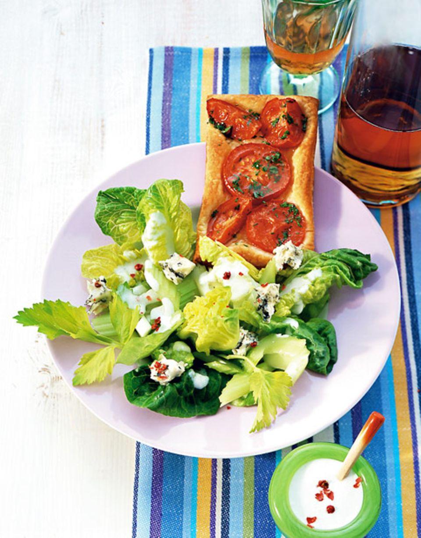 Ein Salat zur Pizza sorgt für zusätzliche Vitamine und Mineralstoffe.