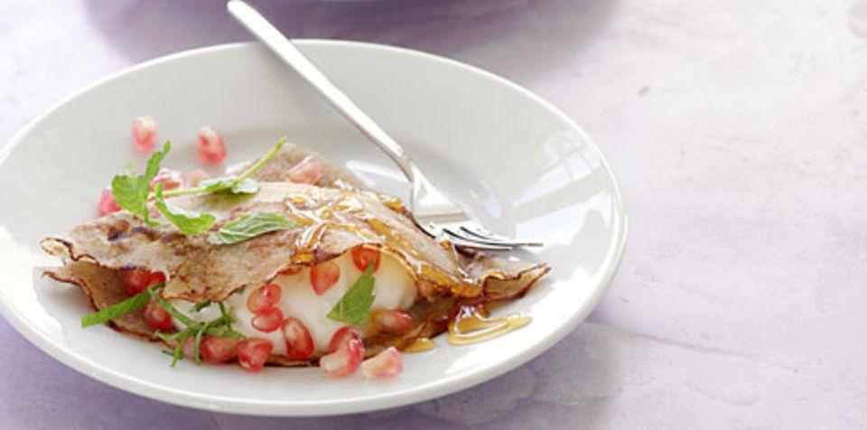 Honig-Crêpes mit Granatapfel.