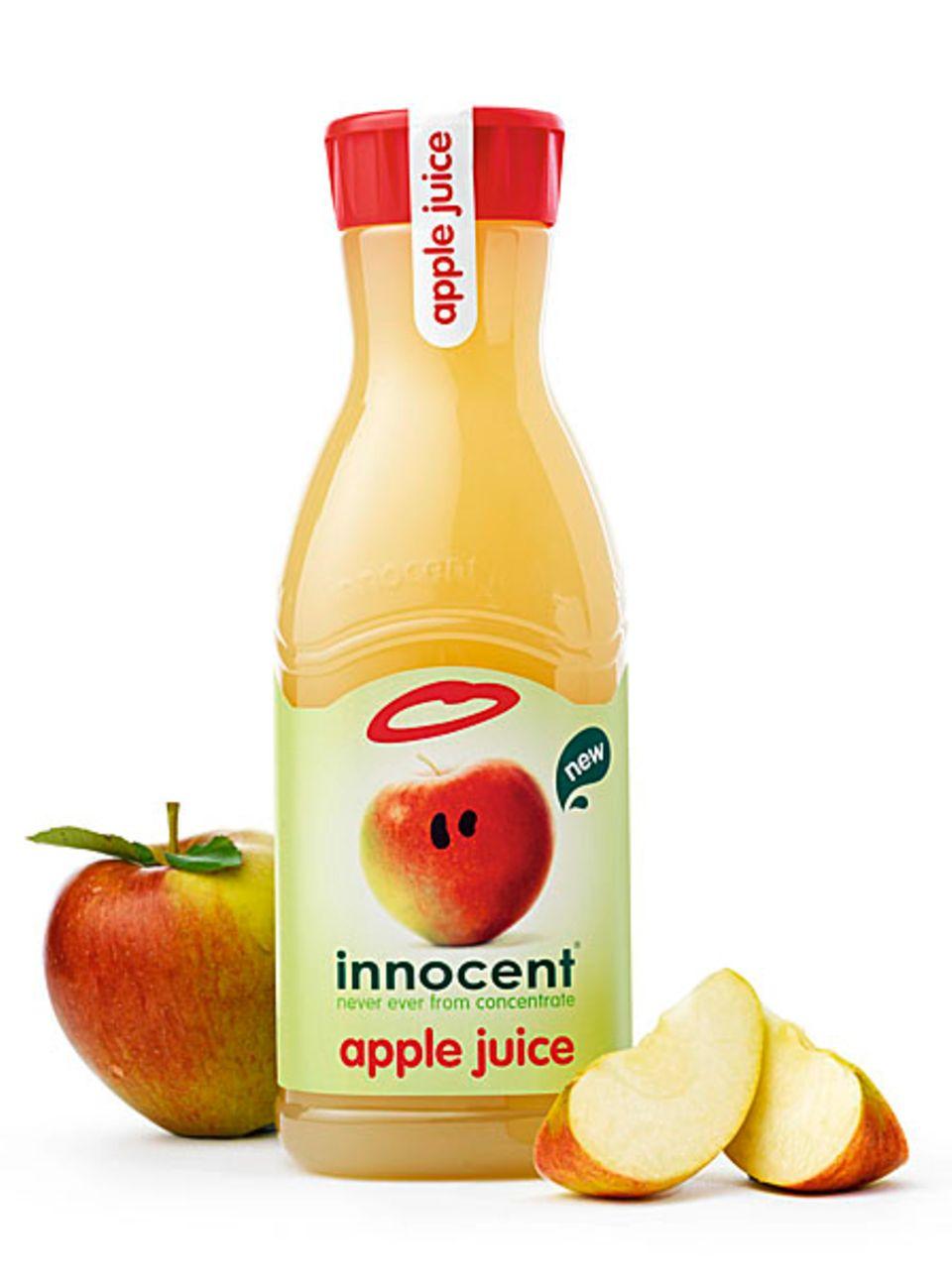 Acht ganze Äpfel stecken in einer Flasche innocent apple juice