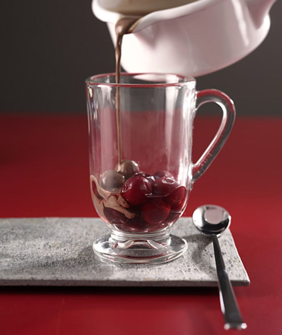 Genuss pur: Rumtopf mit heißer Schokolade.