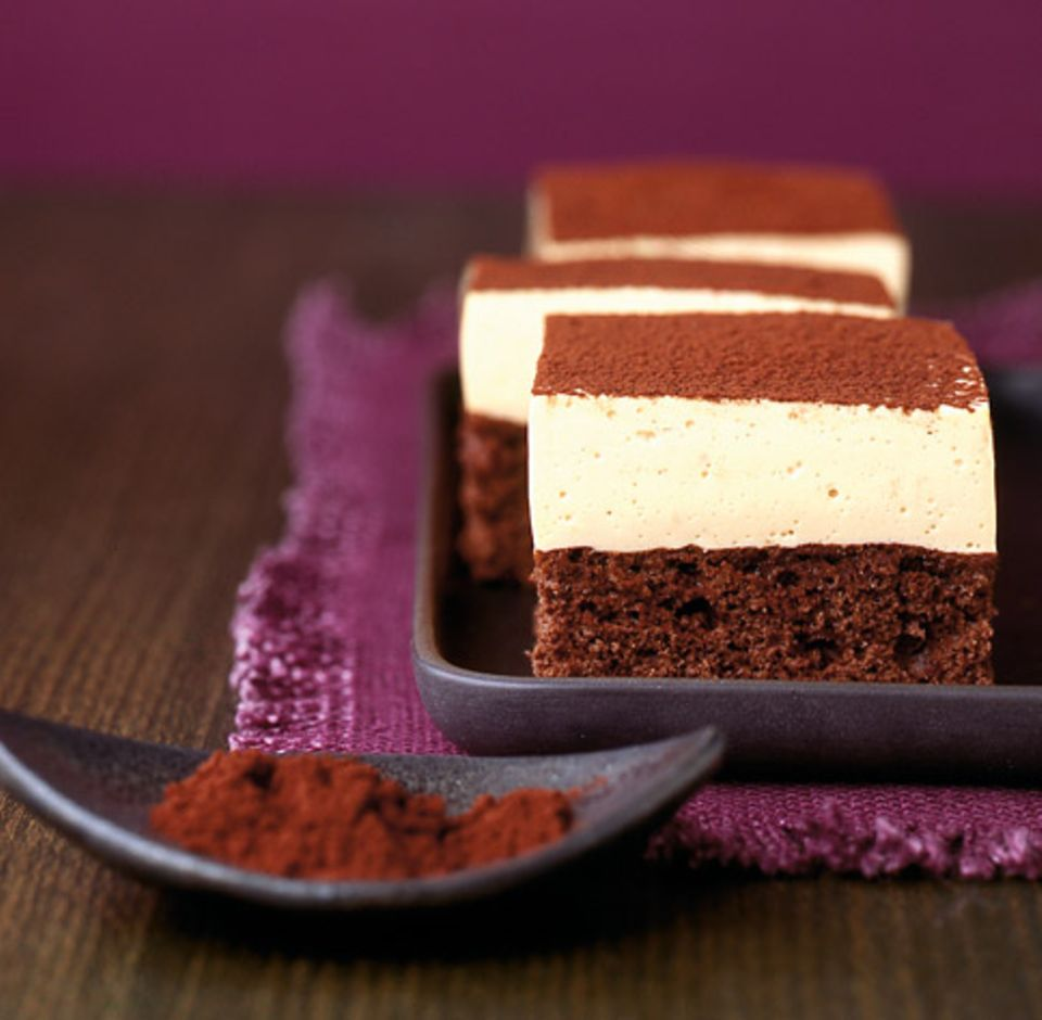 Entöltes Kakaopulver verziert leichte Kaffee-Joghurt-Schnitten