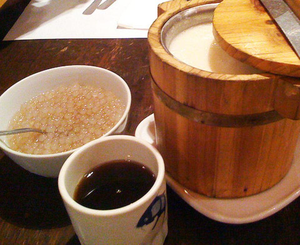 Taho wird aus drei Zutaten zubereitet: Eis, Sirup und Sago-Perlen.