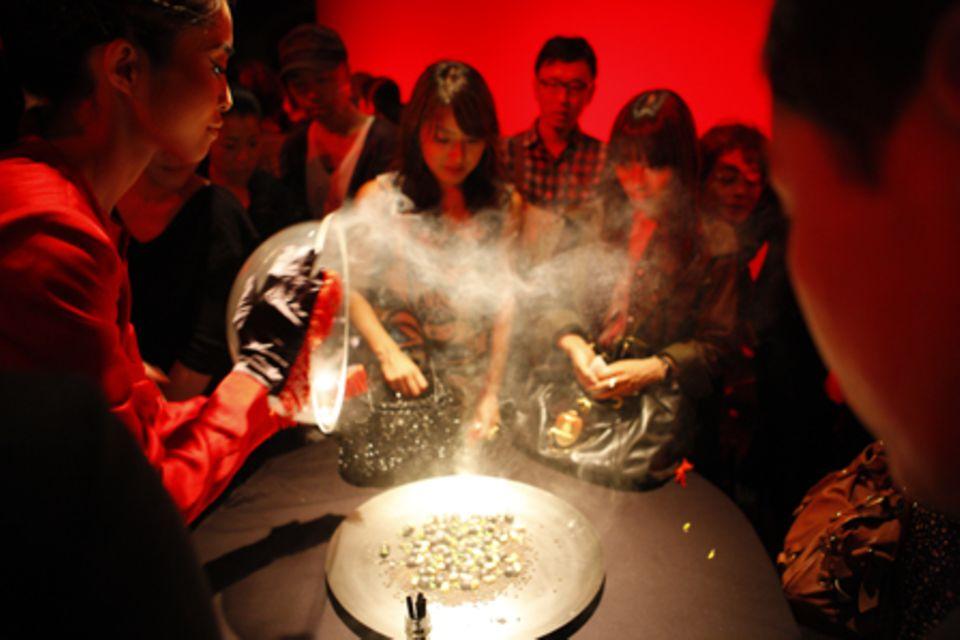 Fooddesignerin Ayako Suwa aus Tokyo präsentiert zum Berliner Taste Festival eine Eat-Art-Peformance