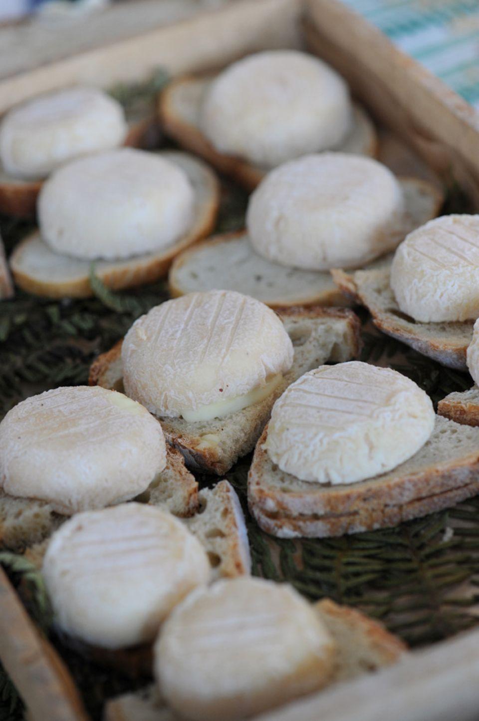 Ziegenkäse auf frisch gebackenem Brot