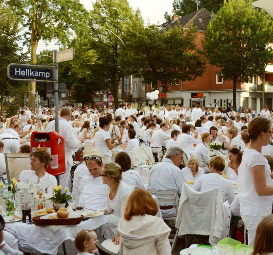 Auch in Hamburg wird nach französischem Vorbild ganz in Weiß im Freien geschmaust