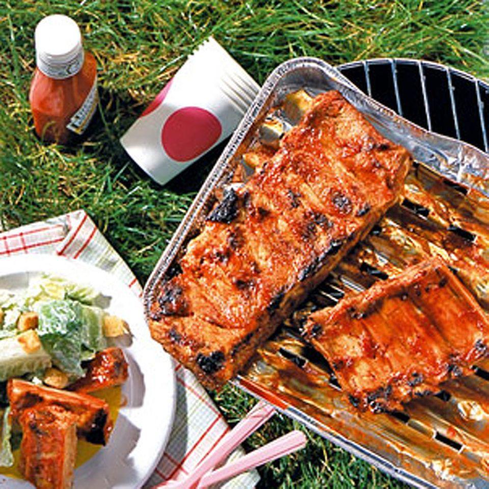 Grillschälchen schützen das Fleisch vor Rauch und Asche. Klappt übrigens auch mit einfacher Alufolie