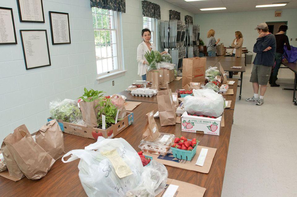 In einer Bestell-Food-Coop werden individuelle Bestellungen zentral aufgenommen und gesammelt geliefert