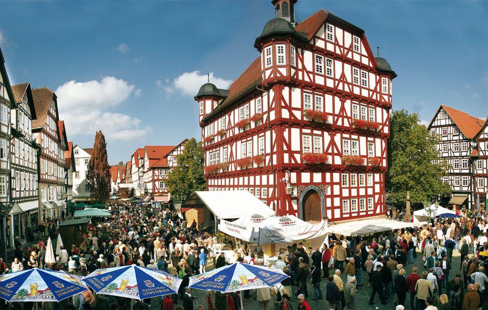 Der Erzeugermarkt findet rund um das Melsunger Rathaus statt