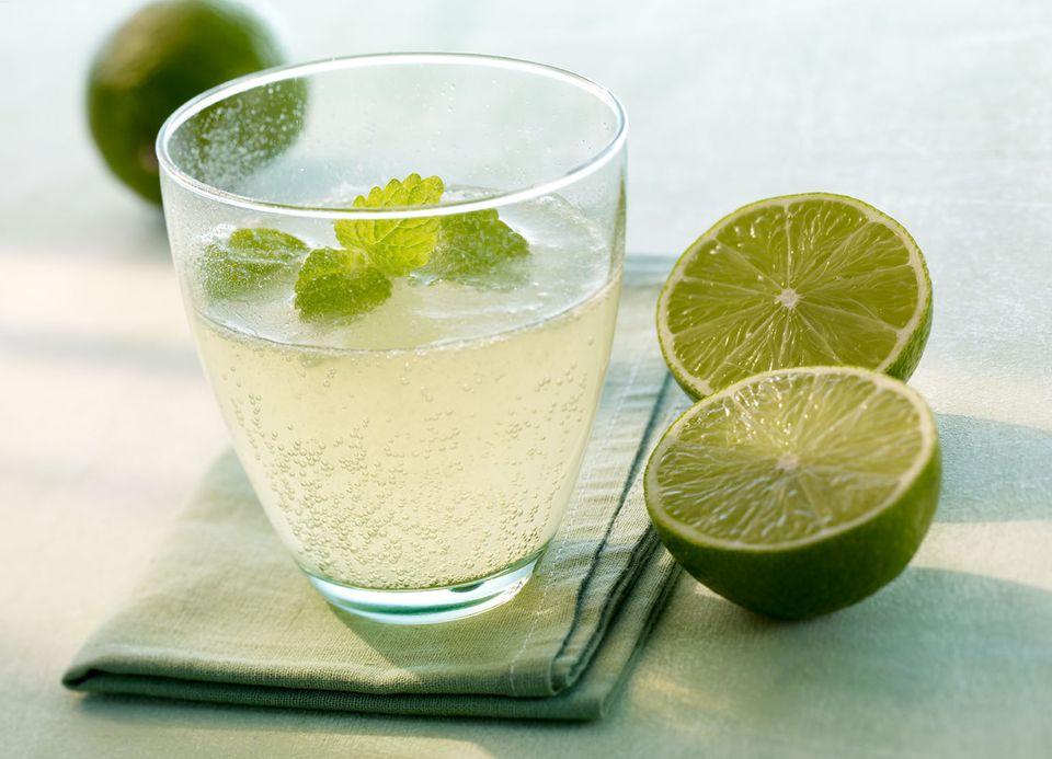 Mineralwasser-Cocktail mit Grünem Tee und Limette