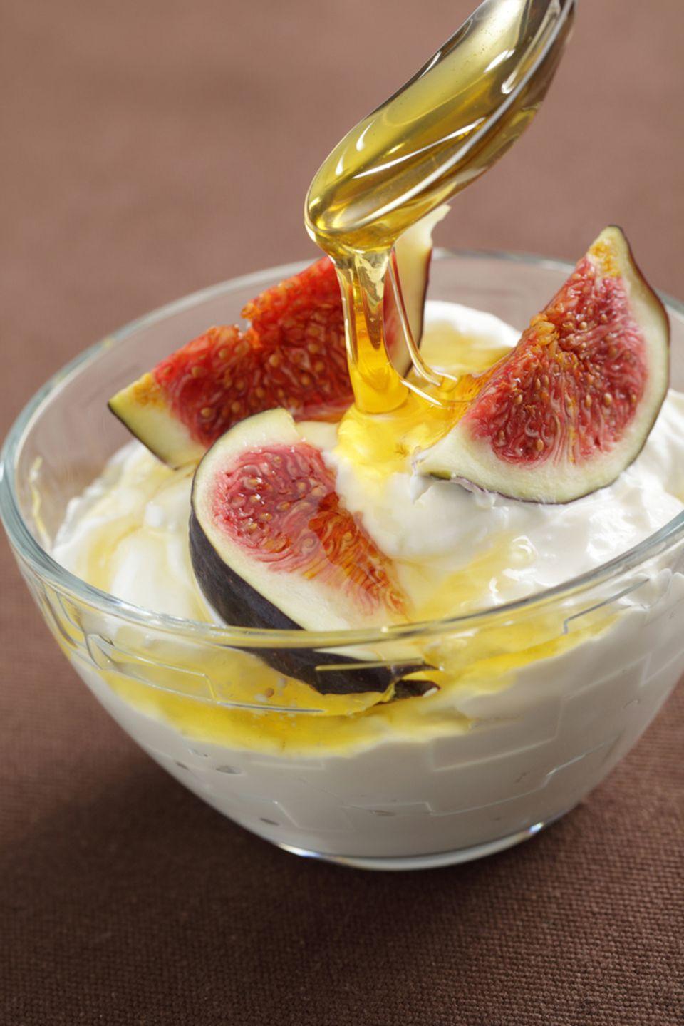 Hat weniger Zucker als fertiger Früchtejoghurt: Naturjoghurt mit etwas Honig und Feigen