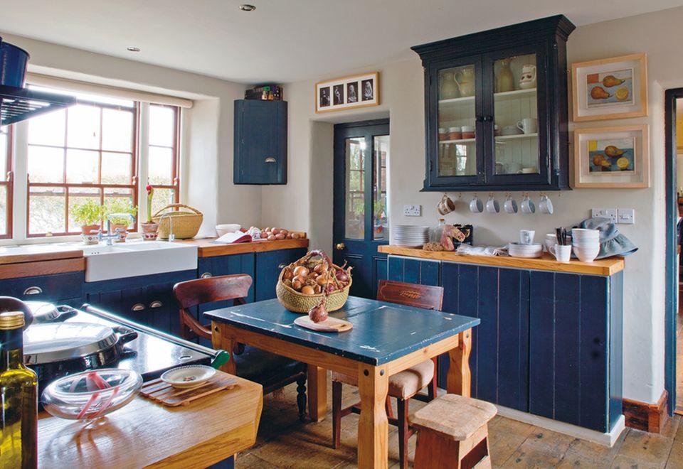 Küche mit schieferblau lackierten Möbeln in einem Herrenhaus von 1710