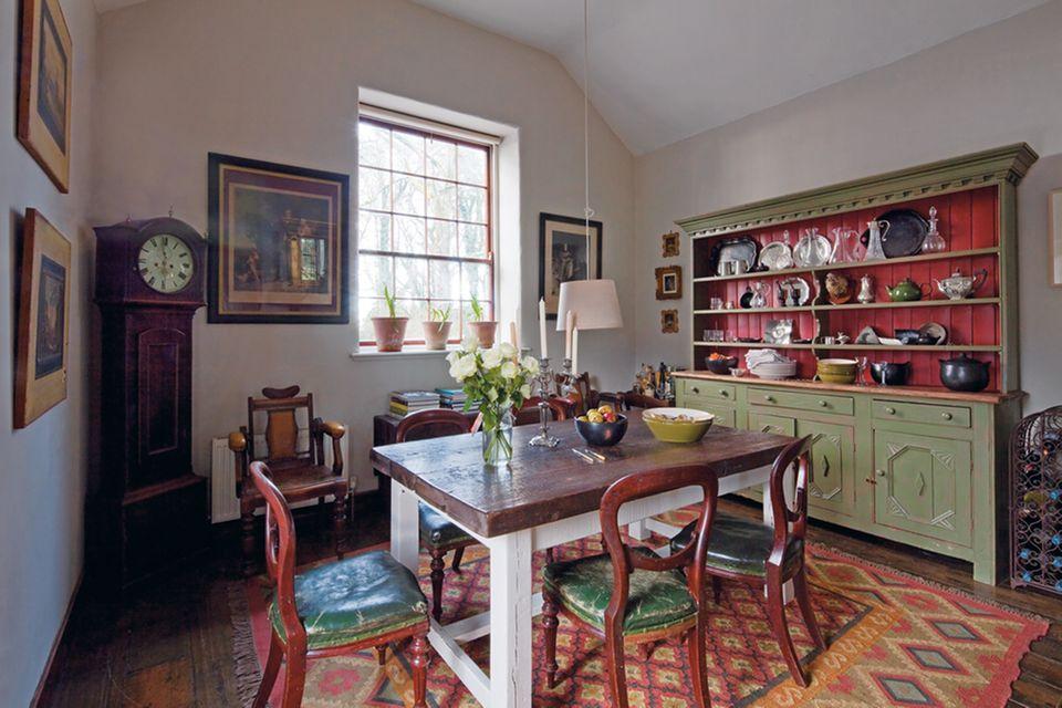 Esszimmer mit sechs verschiedenen Möbelstilen. Besonders schön: die Medaillonstühle aus Mahagoni mit Ledersitzfläche