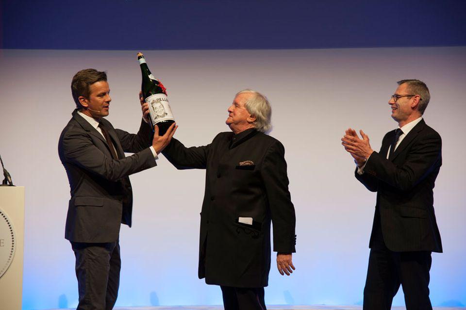 Gerd Käfer (mi.) nimmt den Preis für sein Lebenswerk entgegen