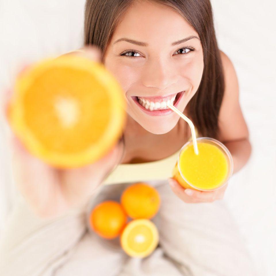 Zitrusfrüchte und Kiwis enthalten viel Vitamin C – für straffe Haut