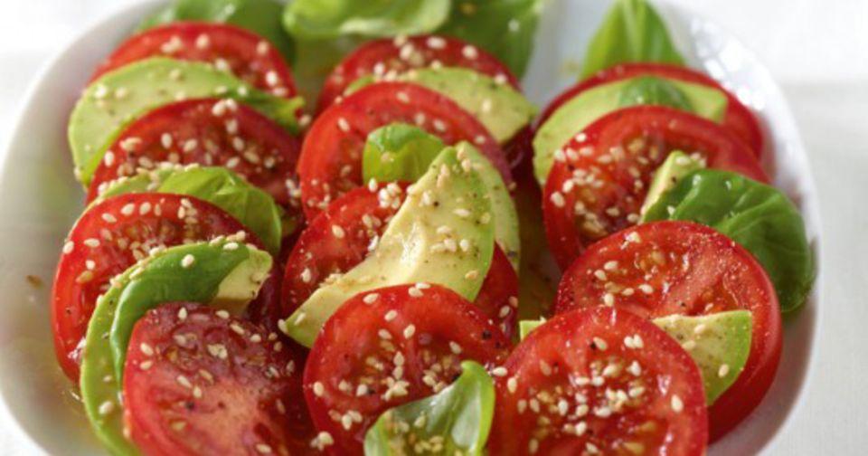 Beauty Food: ein Salat mit Tomaten und Avocado