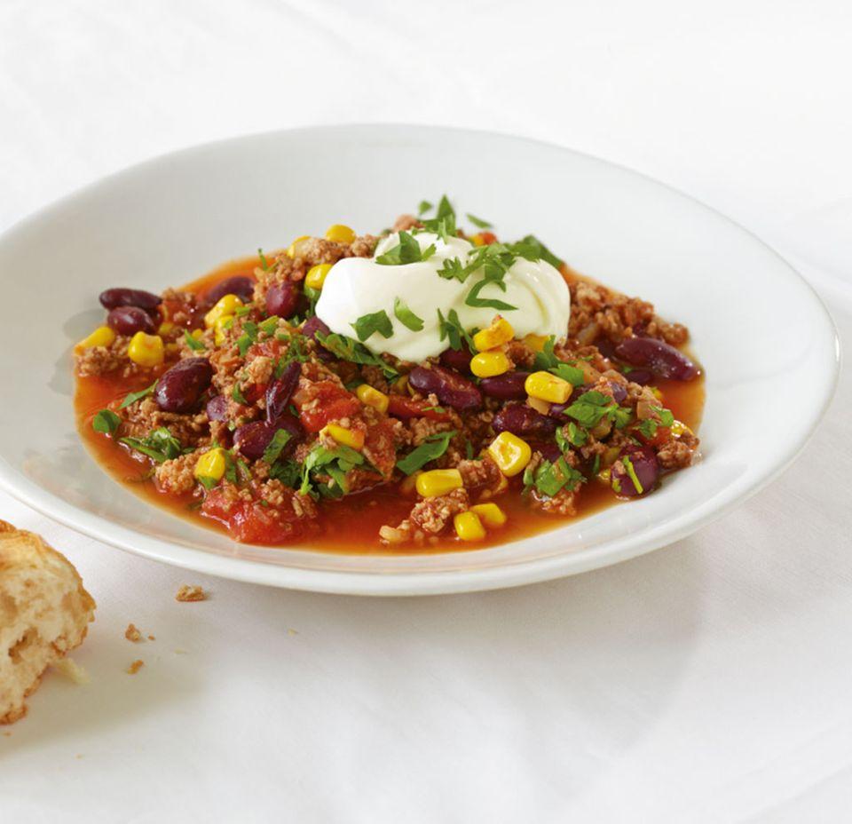 Chili con Carne mit Bohnen, dazu Mais und saure Sahne