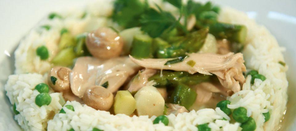 Hühnerfrikassee wird traditionell mit Reis serviert
