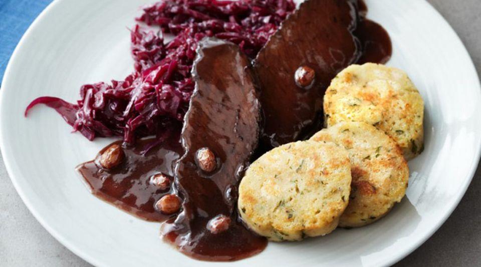 Sauerbraten: serviert mit Rotkohl, Knödeln und würziger Sauce