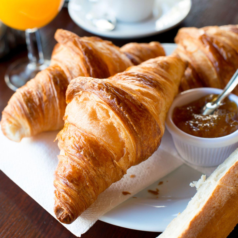 Beliebter Frühstücksklassiker: Croissants mit Konfitüre