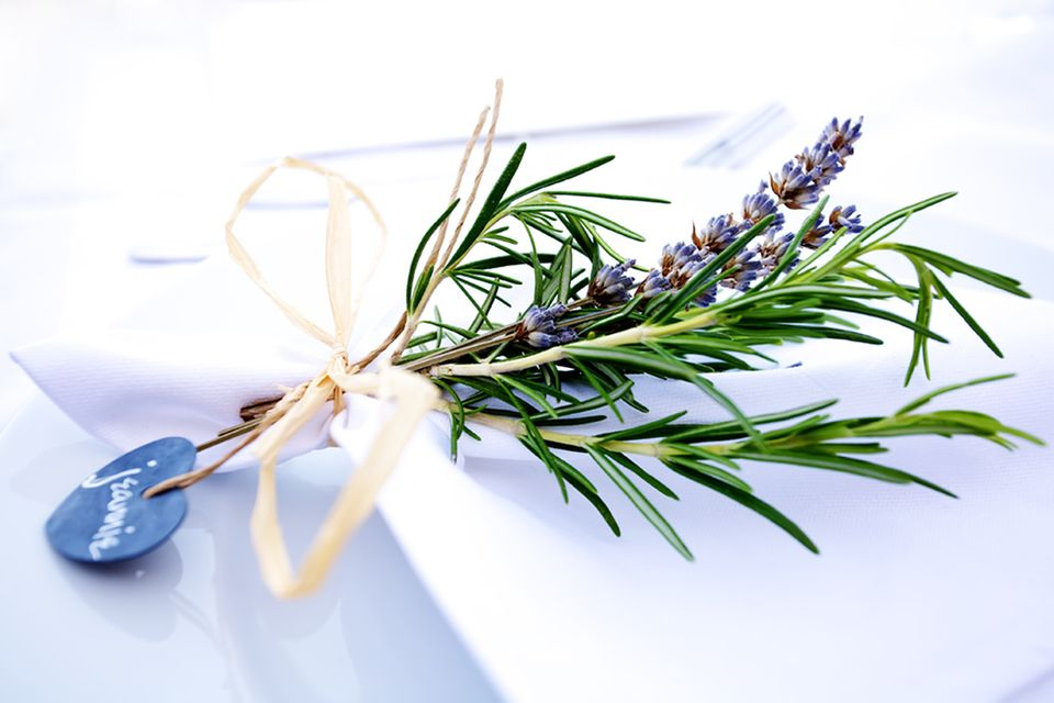 Dezente Tischdekoration mit Lavendel