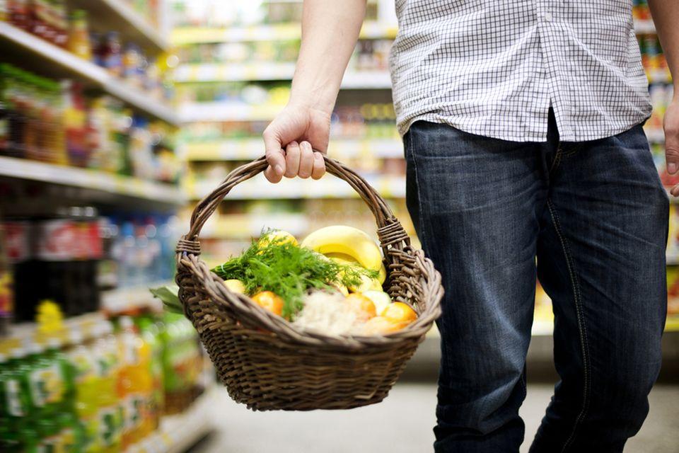 Grüner einkaufen: mit Korb und wenig Verpackung