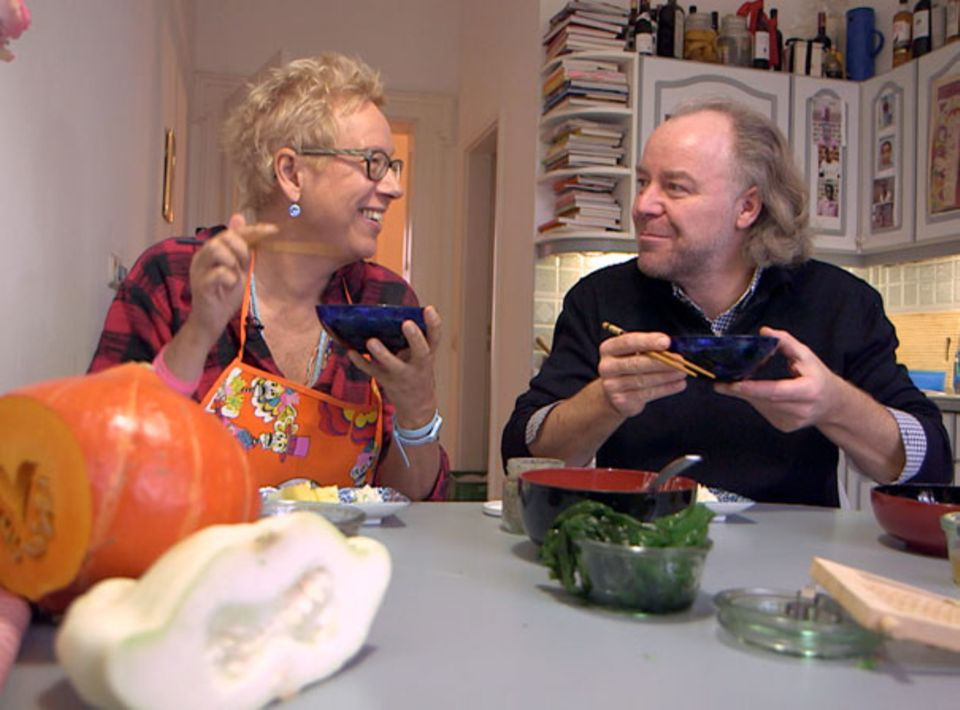Doris Dörrie und Michael Hoffmann kochen und essen Gemüsesuppe