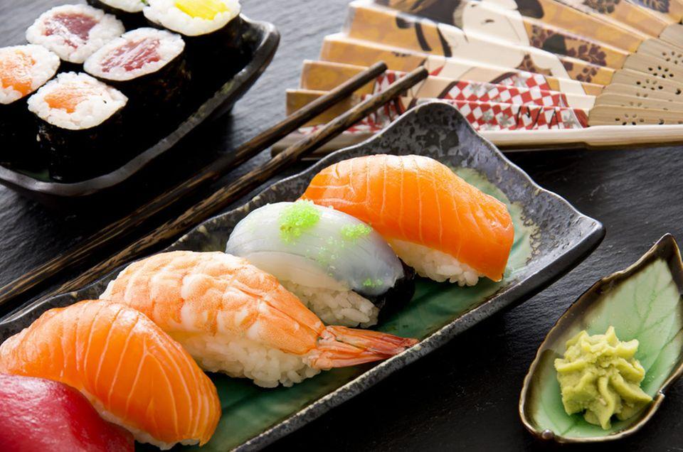 Verschiedene Sushi Arten: Maki (hinten) und Nigiri (vorne)