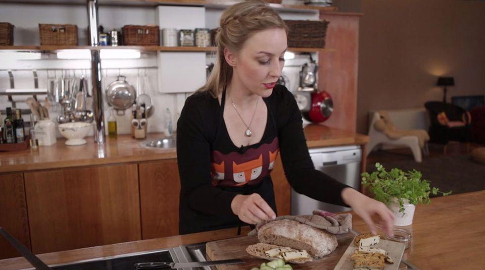 Nicole Just belegt das frisch gebackene Brot