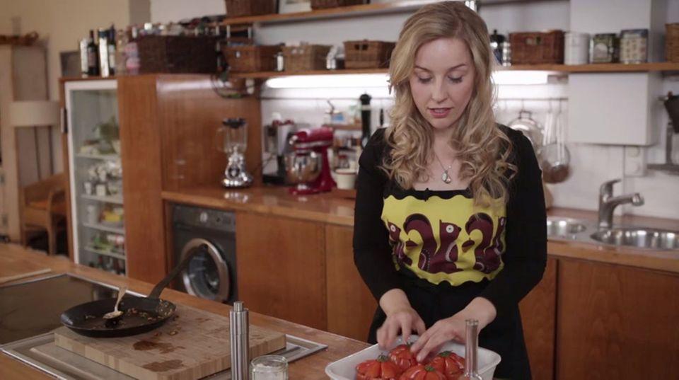 Die gefüllten Tomaten werden im Ofen gegart