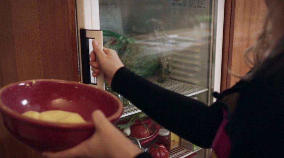 Der Nudelteig kommt für 30 Minuten in den Kühlschrank