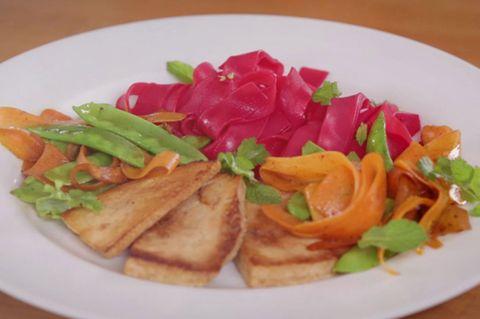 Pinke Reisnudeln mit mariniertem Tofu und buntem Gemüse von Nicole Just