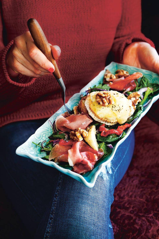 Fix zubereitet: Gratinierter Ziegenkäse mit Salat, Gemüse und Schinken