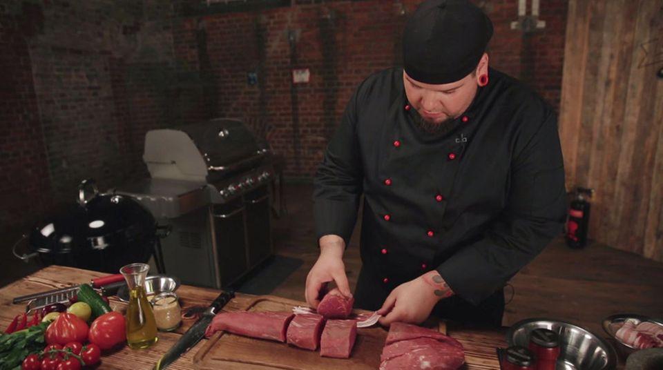 Marc Balduan umwickelt das Filet Mignon mit Speck.