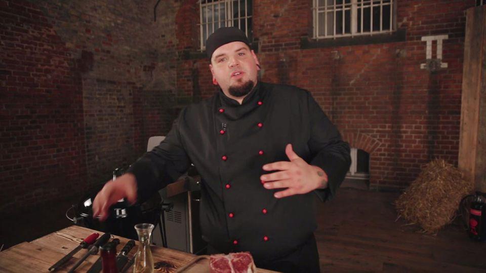 Marc Balduan mariniert das Porterhouse Steak.